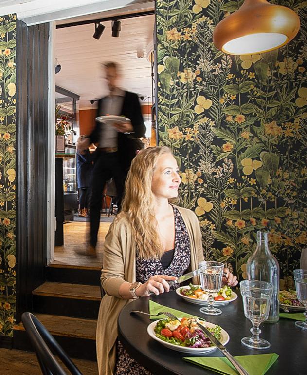 Nainen lounaalla Ani's Caféssa.