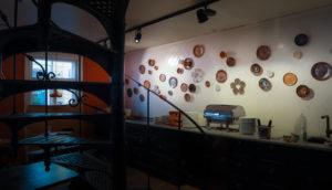 Leena Kouhian keramiikkataideteos Ani's Cafén seinällä.