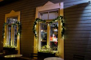 Joulutunnelmaa Ani's Cafén ikkunassa